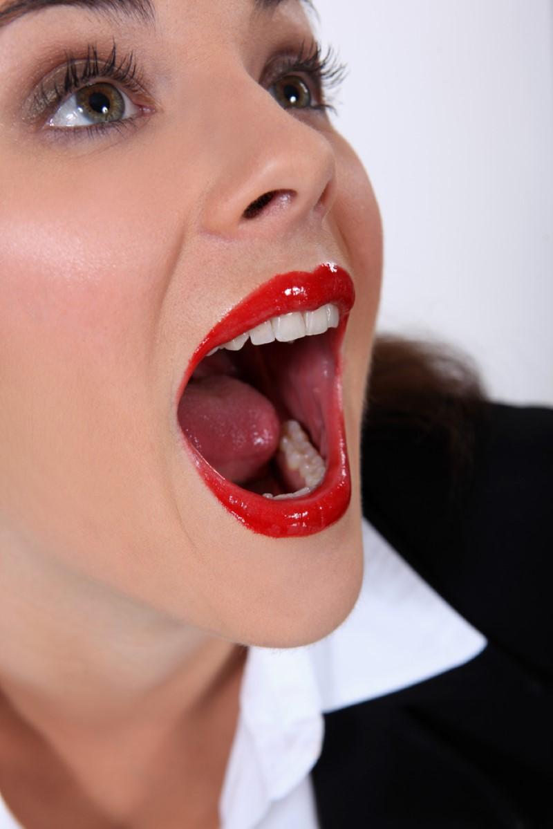 Сперма на женских губках большому