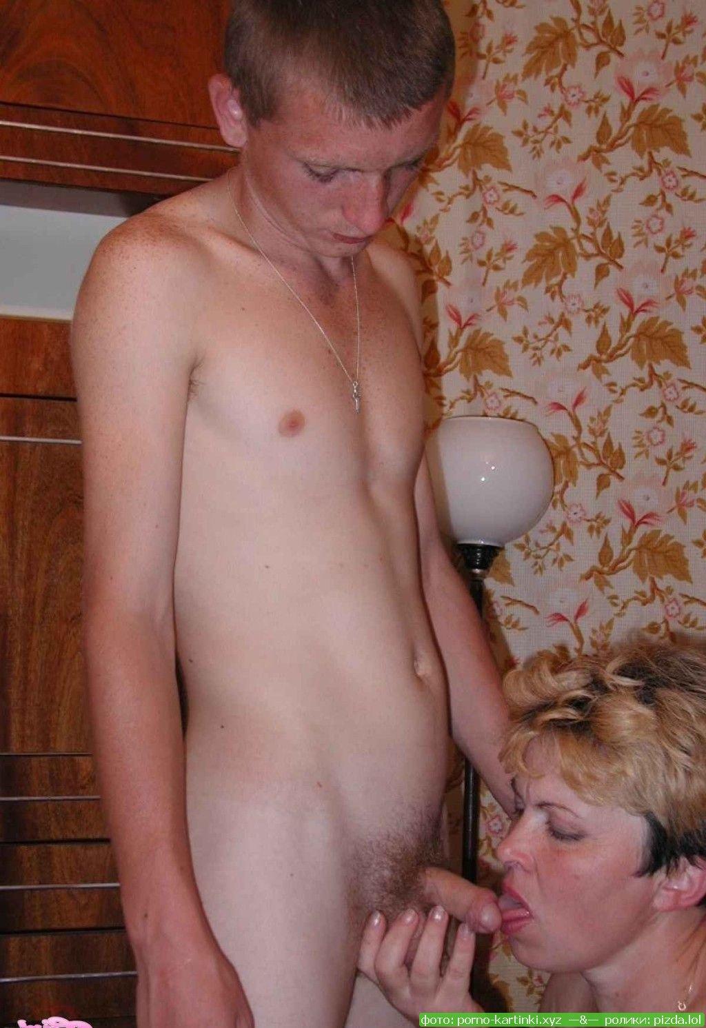 Мама с тетя сосут член
